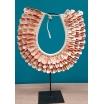 Un collier de coquillages indonésiens