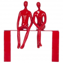 Un couple assis sur le banc